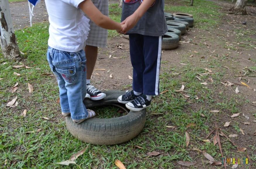 Estimular o equilíbrio pela brincadeira das crianças de 3 meses a 10 anos_crianças em cima do pneu