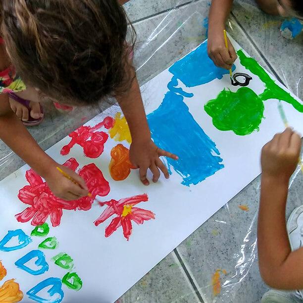 Você no Tempojunto Osana Arteterapia_meninas-pintando-em-grupo__Tesouro