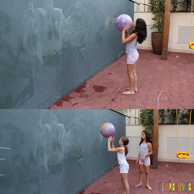 Como brincar de paredão - carol e amiga jogando a bola