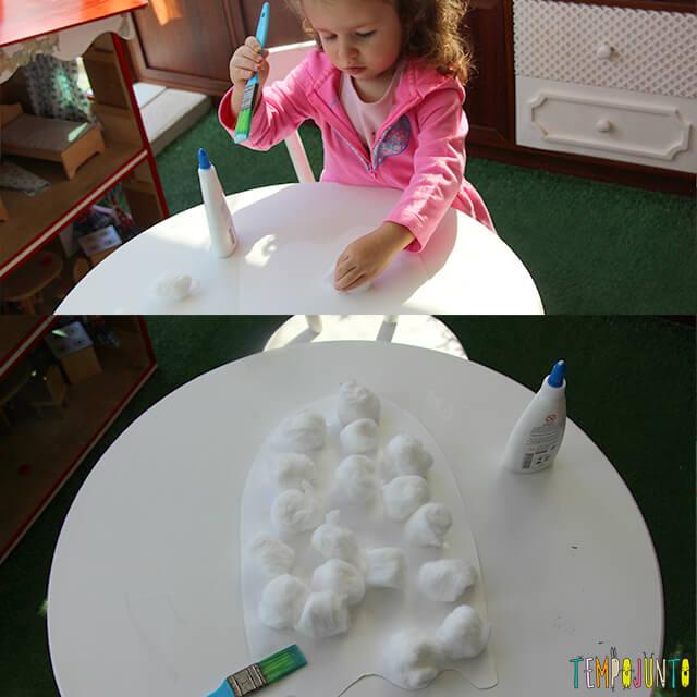 Halloween para crianças pequenas - gabi colando o algodao