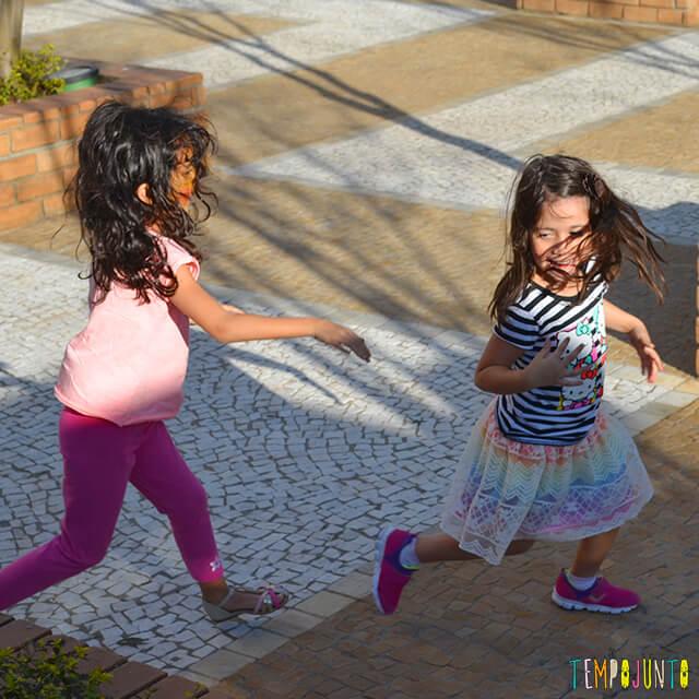 Noção de direção com a brincadeira do trem desgovernado - meninas correndo uma atras da outra
