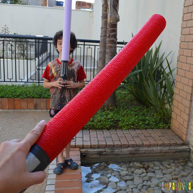 Fantasia na brincadeira de capa e espada - pat e pocoyo brincando
