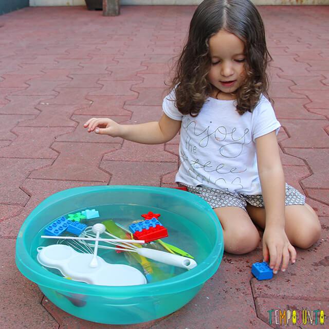 Meu primeiro experimento de ciências - gabi vendo a bacia cheia