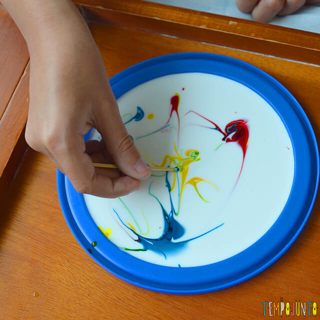 Uma pintura com corante e cola para crianças - efeito da tinta