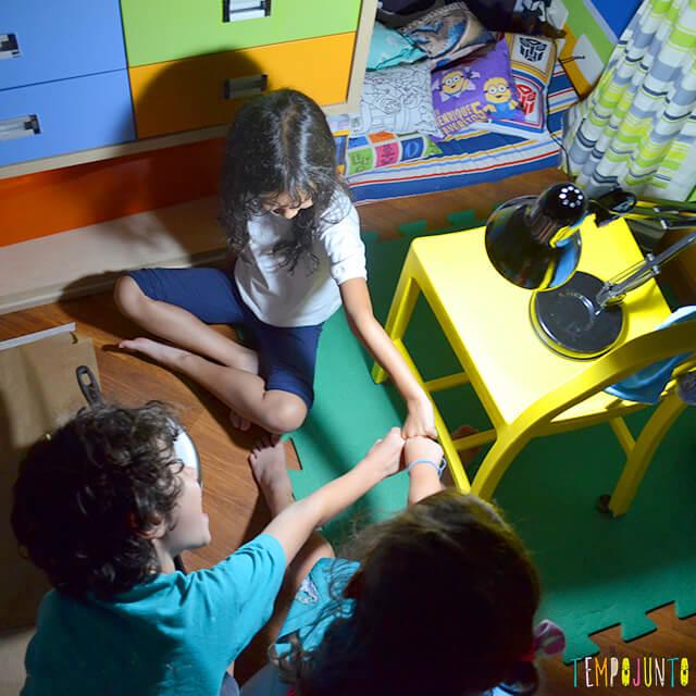 Encontre a sombra certa um jogo de raciocínio ótimo para crianças - criancas comemorando