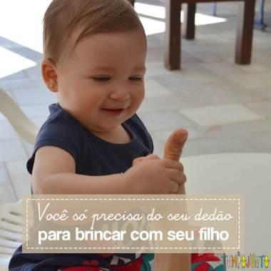 Esconde-esconde de dedão para estimular o cérebro do bebê