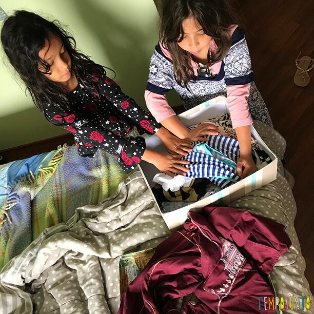 db5eafff1b27c Invasão no guarda-roupa da mamãe é uma brincadeira de criatividade ...