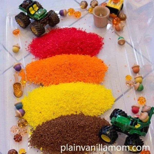 convite para brincar com arroz colorido, carrinhos e pecinhas pequenas