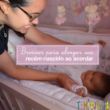 Exercício de alongamento para seu bebê brincar ao acordar