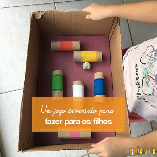 Brinquedo caseiro fácil de fazer: labirinto de rolo