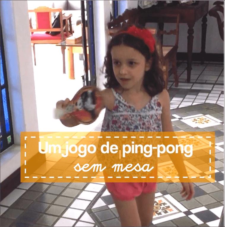 Brincar dentro de casa de pingue-pongue no ar