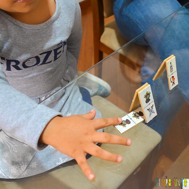 jogo tradicional de domino transformado em jogo de montar