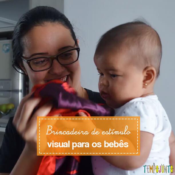 Brincadeira de estímulo visual para bebês com objetos da casa