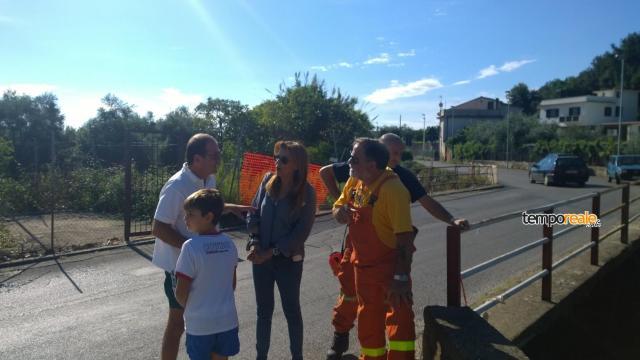 Cosmo Mitrano, sindaco di Gaeta, Mariarita Manzo, assessore all'ambiente di Formia ed i responsabili delle associazioni di protezione civile di Formia e Gaeta nel corso di un sopralluogo a Pontone