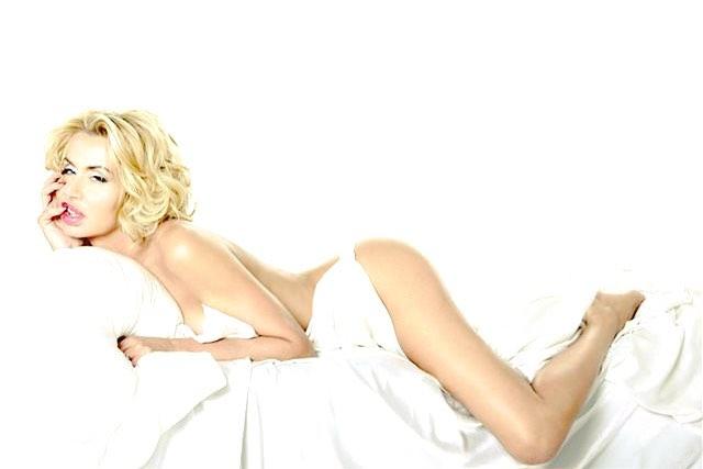 Valeria Marini nuda su divano