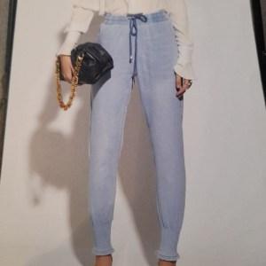 jeans leggero con polsino e coulisse