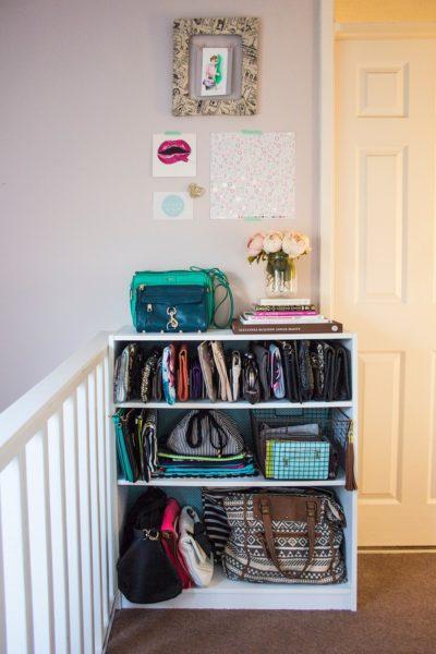 Transformez une étagère en un meuble de rangement pour sacs à main