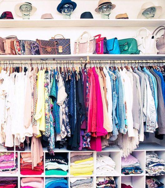 Placez-les sur une étagère au-dessus de votre porte-vêtements dans votre garde-robe