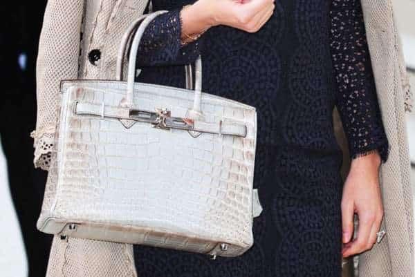 une femme tenant un sac Hermès Birkin
