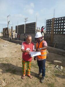 Ciro con l'architetto davanti al cantiere del liceo in Togo