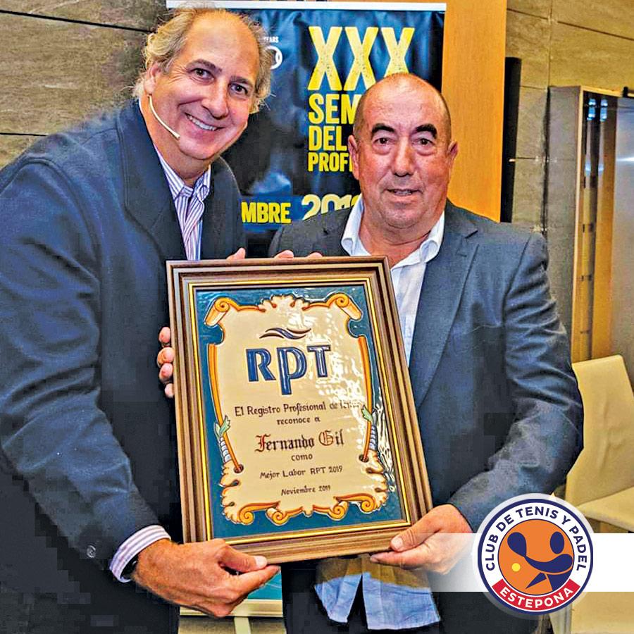 Fernando Gil recibe el reconocimiento del Registro Profesional de Tenis.
