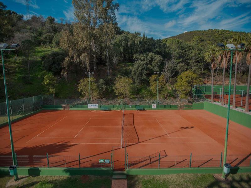¿Qué medidas tiene una pista de tenis?