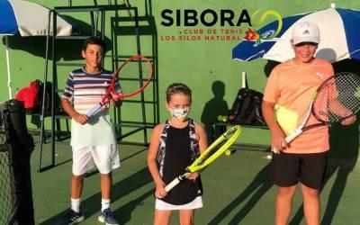 Inés, Adan Estevez y Raul Socas, alumnos de la Escuela de Tenis del CT Sibora, mejorando día a día