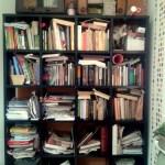 Prieš ir po: knygų lentyna ir knygos sudėtos pagal spalvas. Patarimai kaip tai padaryti.