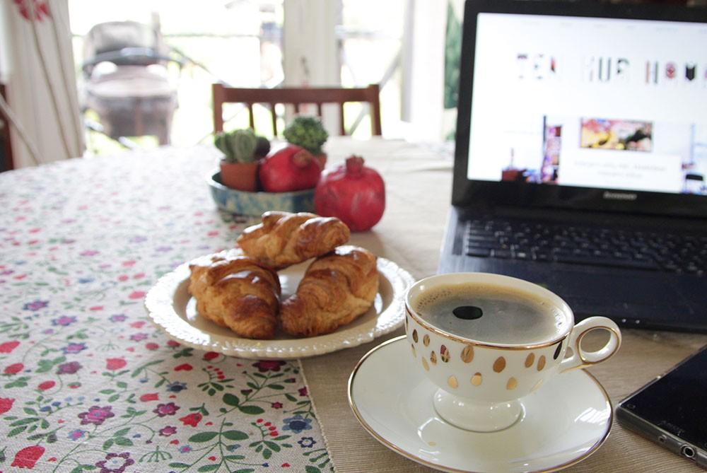 Darbas namuose, kava ir bandelės
