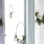 Pasidaryk pati. Kalėdiniais vainikais papuošti langai