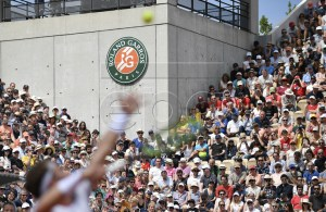 Spectator watching Casper Ruud of Norway serving to Roger Federer of Switzerland during their men?s third round match during the French Open tennis tournament at Roland Garros in Paris, France, 31 May 2019. EPA-EFE/JULIEN DE ROSA