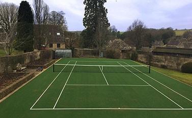 Tennis court in a mature garden - en Tout Cas