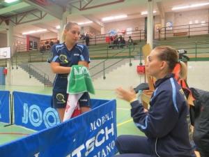 Niko Stefanova suggerisce qualcosa a Angeliki Papadaki
