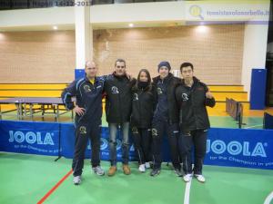 La formazione maschile del Tennistavolo Norbello con il tecnico Marialucia Di Meo e il presidente Simone Carrucciu