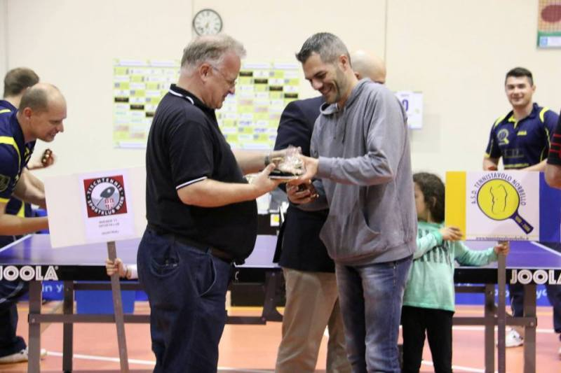 Scambio di doni tra il presidente Carrucciu e  il suo collega austriaco (Foto Gianluca Piu)