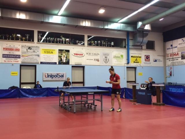 Irina attende il servizio della atleta coreana