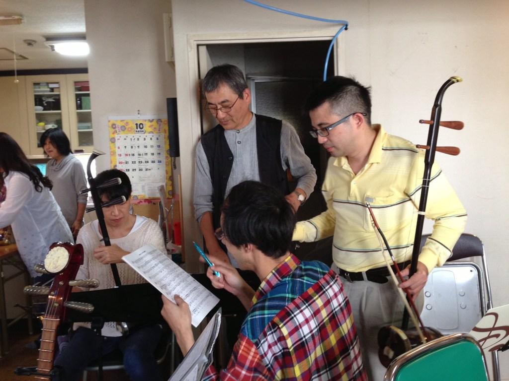 真面目な日本人の姿に血が騒ぎ熱血指導を始める台湾からのお客さん(一番右)