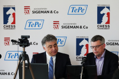 Yasser Seirawan e Stellan Brynell na sala de comentários.