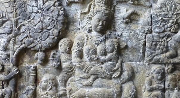 Relief Dewi Hariti di Candi Mendut, Jawa Tengah. (Foto : arkeologi.fib.ugm.ac.id).