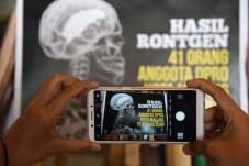 Pengunjung mengabadikan karikatur yang di pajang dalam pameran Kartun Anti Korupsi dengan ponselnya di Balaikota Malang Jawa Timur (02/10). Pameran tersebut sebagai bentuk edukasi kepada masyarakat sekaligus upaya perlawanan terhadap korupsi. Terakota.id/Aris Hidayat