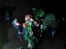 Masyarakat adat Tengger di 37 Desa yang tersebar di Probolinggo, Pasuruan, Lumajang dan Malang, membawa hasil pertanian untuk dilarung di kawah Gunung Bromo (Terakota.id/ Eko Widianto)