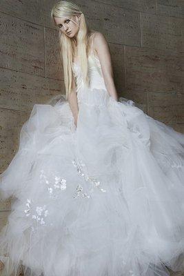 embedded_Vera_Wang_spring_2015_wedding_dresses__(17)