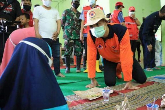 Ganjar Pranowo berdialog dengan pengsi korban banjir di Trimulyo, Genuk, Semarang. ( Dok. Kominfo)