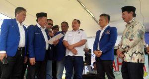 Ketua Partai Nasdem Lampung Zamzami Yasin menyerahkan rekomendasi dukungan partainya kepada calon walikota Bandarlampung petahana, Herman HN, di Pulau Pasaran, Bandarlampung, Sabtu (30/5).