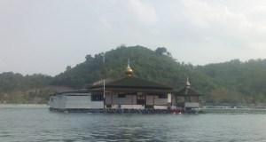 Masjid Terapung Al Aminah di Pantai Ringgung. (Foto: Rohmat Hidapat)