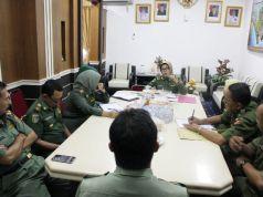 Asisren Bidang Kesra Pemprov Lampung Ellya Muchtar dan para pejabat Pemprov Lampung (tengah) saat menerima FKGBL yang dipimpin Ruslan Abdul Gani, Senin (21/9/2015).
