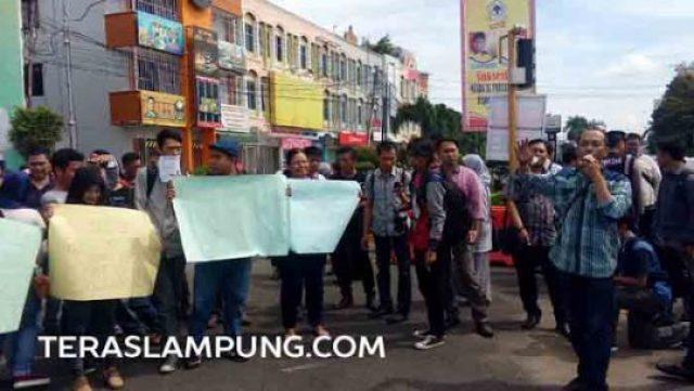 demo wartawan lampung di tugu adipura