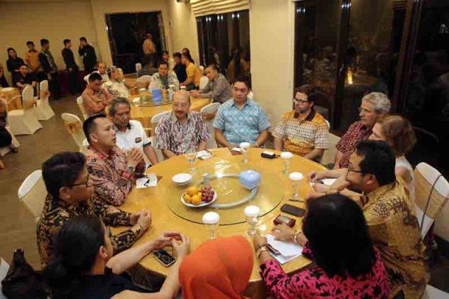 Gubernur Lampung bertemu dengan para pengusaha kopi asal Portugal di Rumah Makan Kayu, Kamis malam (26/5).