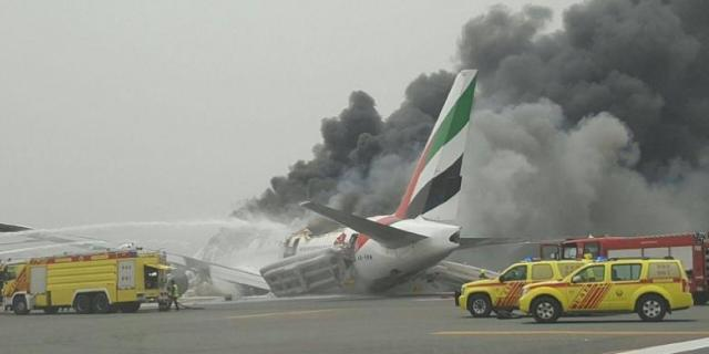 Pesawat milik maskapai Emirates diselubungi asap setelah melakukan pendaratan darurat di Bandara Internasional Dubai, Rabu (3/8/2016). Foto: Al Arabiya