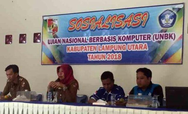 Kasi Dikdas Disdikbud Lampung Utara menyosialisasikan sistem UNBK kepada peserta sosialisasi